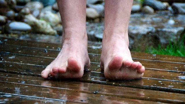 Lääkärit varoittavat: Paljasjalkakengät saattavat vaurioittaa jalkaa. How to start running with natural running -shoes.