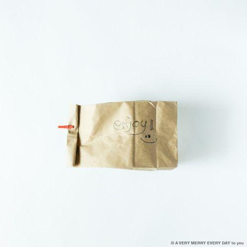National...  National Brown-Bag-It-DayUS  月25日はBrown-Bag-It-Day ブラウンバッグはそのまま茶色い紙袋という意味で サンドイッチやピザなどを入れる お弁当の紙袋のことです  ただの茶色い紙袋ですが存在がかわいいですよね enjoyという文字は大段さんに書いてもらいました 岡尾美代子