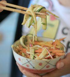 Pad Thaï cru : la salade crue thaïlandaise. 2 carottes de taille moyenne (ou 4 petites), 1 grosse courgette, 2 petits oignons frais, 1 poignée de radis, 1/2 poivron (vert, jaune ou rouge), 1 grosse poignée d'herbes aromatiques fraîches : persil, basilic et coriandre. 1 poignée de noix de cajou.