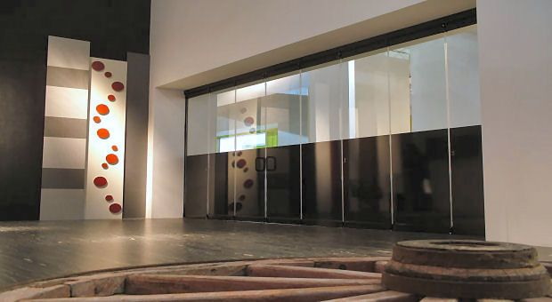 No mounts between the doors. An all glass system.