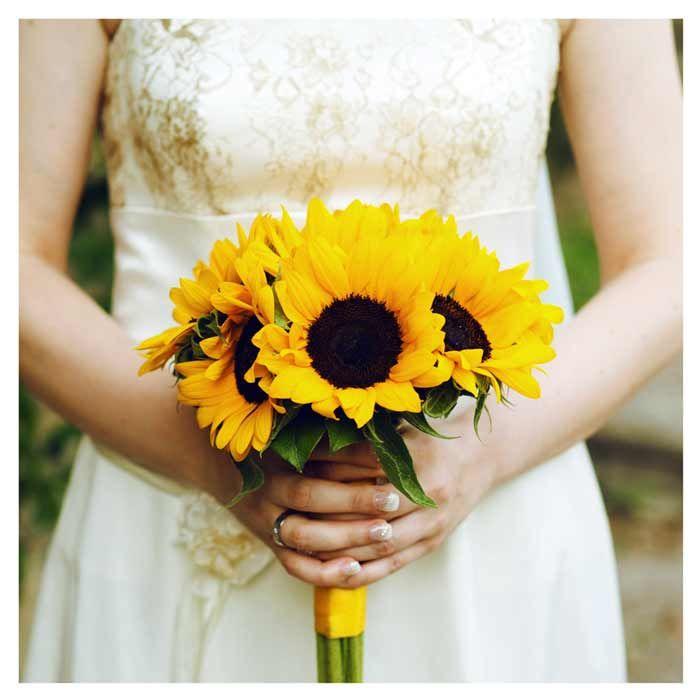 Ein Brautstrauß mit Sonnenblumen passt super zu einer Hochzeit im Sommer. Hier entdeckt ihr ein tolles Beispiel eines solchen Brautstraußes.