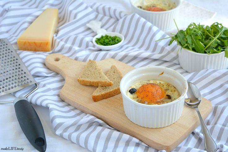 Jajka zapiekane w kokilkach z pomidorem, oliwkami i serem feta