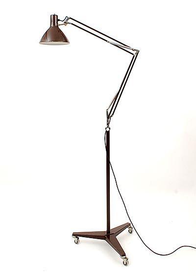 Industriele staande lamp van Hala (Zeist, 1960) Sinds haar oprichting in 1909 staat Hala voor de productie van kwaliteitsarmaturen in het moderne segment. Dat heeft in de loop van de jaren ook enkele klassiekers opgeleverd zoals de 'Pinocchio' en de bureaulamp 'De 144'.