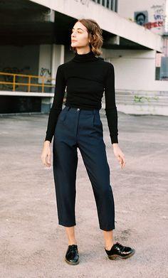 Foto de street style com top turtleneck cropped preto, calça de alfaiataria cropped azul marinho e oxford