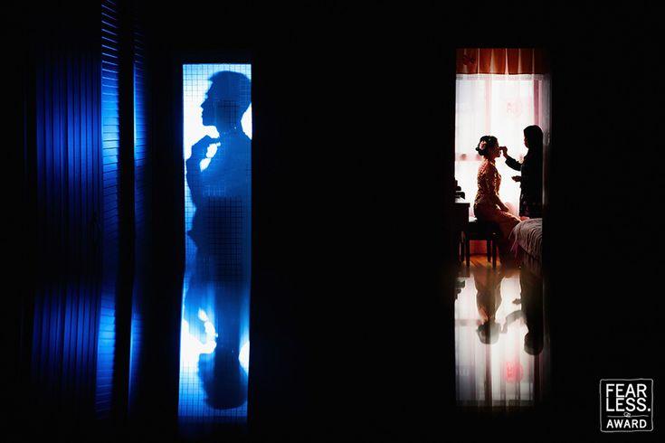 Кадр одновременных сборов жениха и невесты. Супер работа с контрастом света и цвета (теплый-холодный). Плюс отражения)
