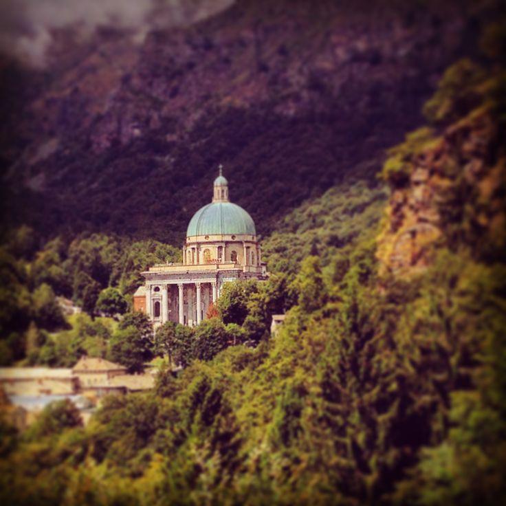 Santuario di Oropa, situato a più di 1150 metri di altitudine. L'opera è dedicata alla Madonna Nera. Troppa è stato riconosciuto dall'Unesco Patrimonio dell'Umanità nel 2003