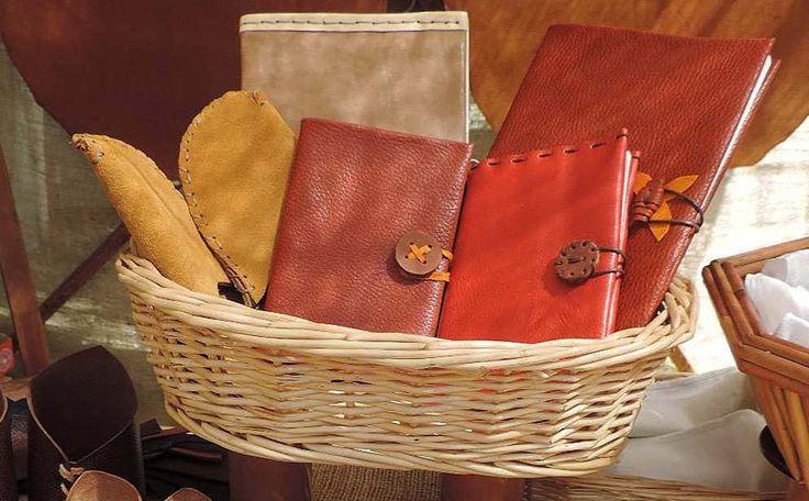 Quaderni da viaggio, custodia per diario in pelle scamosciata e morbida pelle colorata. Chiusure in cuoio e bottoni in cuoio o in legno. di fattedame su Etsy