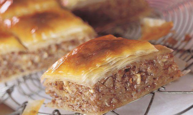 Nuss-Baklava: Für den Teig Mehl und Salz in einer Schüssel mischen. Ei, Wasser und Öl verklopfen, zugeben, mit der Küchenmaschine rühren, bis der Teig ...