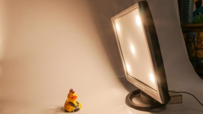 Flachbildmonitor wird zur Fotolampe   Make