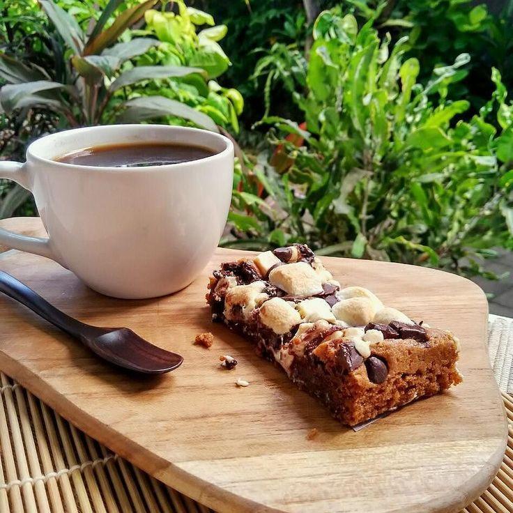 #Bali Rocky Bars yang fudgy dikasih topping marshmallows dan coklat perfect match buat nemenin minum kopi atau teh  Yuk diorder pemesanan via @dapur.lekker