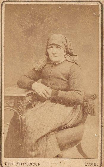 Med stor sannolikhet Bengta Trullsdotter f.1815-08-02 mor till bla. Lars August Malmgren f.1848-04-10 d.1924-11-17, funnet i albumet som kommer från min mors släkt (Malmgren) Kersti Maria Nilsson f. 1911-05-08 Konga, Bilden troligtvis tagen runt 1875-80 innan hon emigrera till Nebraska.