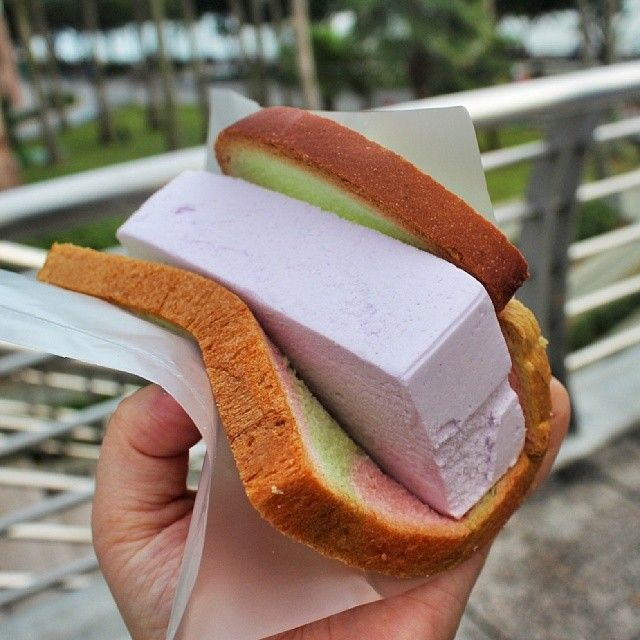 A must try thing when you are in Singapore,  one dollar ice cream in rainbow bread!!! Our favorite is Yam flavor, what's yours?