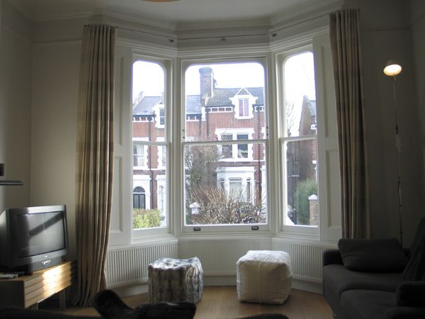 Bay window curtain position