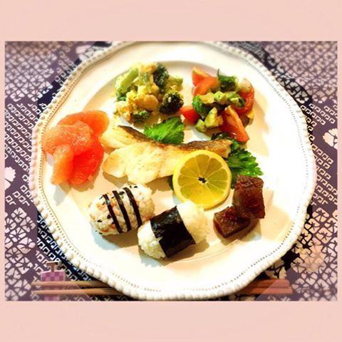 Today's breakfast is one plates of Japanese food☆ たらのムニエル、トマトとアボカドとセロリのサラダ、エビとブロッコリーのサラダ、こんにゃくステーキwith甘辛ソース、グレープフルーツ。 ルビーのグレープフルーツが美味しすぎます、です☆ 2016/04/02 #breakfast #朝食 #朝ご飯 #朝ごはん #あさごはん #お家ご飯 #おうちごはん #たらのムニエル #エビとブロッコリーのサラダ #こんにゃくのステーキ #グレープフルーツ #俵おむすび #おにぎり #おむすび #oneplates #ワンプレート #ワンプレートあさごはん #cooking #homemade #yuka的cooking #astierdevillatte #アスティエドヴィラット #アスティエ #mamarecipe #ママレシピ #和食ワンプレート #和食ごはん #和食 #和 #japanesefood