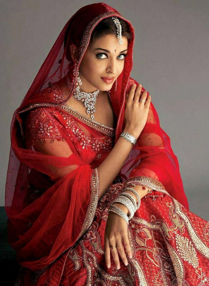 Aishwarya Rai in roter indischer Sari
