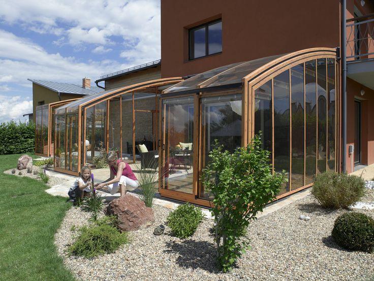 Složené terasové zastřešení CORSO je snadno ovladatelné díky pojezdovým drahám.
