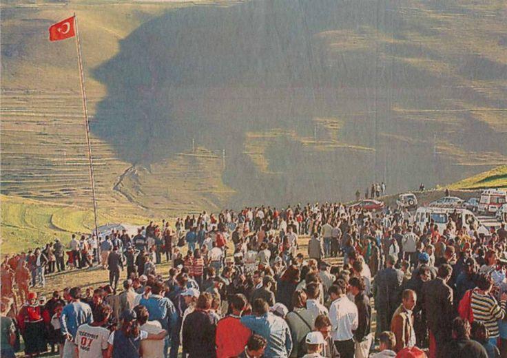 EXTRAORDINARY : Atatürk'ün ARDAHAN dağlarındaki silüeti :  İlk kez 1954'te Yukarı Gündeş köyünde çobanlık yapan Adıgüzel Kırmızıgül gördü.1975'de gazeteci Erdoğan Kumru'nun fotoğrafları Genelkurmay Başkanlığı'na gönderildi. Kumru, 1988'de bu fotoğrafıyla  amatör fotoğrafçılık dalında birincilik ödülü aldı. Damal ilçesinde 1995'den itibaren temmuz ayı içinde '' Atatürk'ün İzinde ve Gölgesinde Damal Şenlikleri '' düzenleniyor.