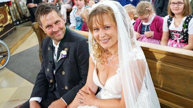 Bauer Sucht Frau Paar Feiert Traumhochzeit Kleid Hochzeit Frau Hochzeitsglocken