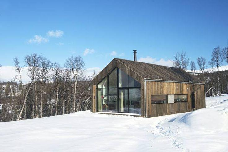 ENKEL OG LETTSTELT: Hytta som ligger på Golsfjellet er kledd i sibirsk lerk på både tak og vegger. Den er arkitekttegnet og moderne, men med tydeligetradisjonelle referanser.