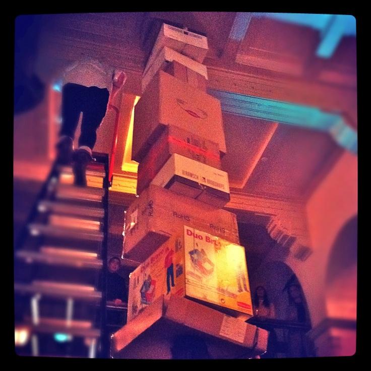 Palais Paradiso #4 - Ieke Trinks (NL, 1977) - 'head, boxes, ceiling' – Bloedstollende performance waarbij Trinks in de entreehal van Paradiso zoveel mogelijk dozen op haar hoofd stapelt. Trinks studeerde in 2001 af aan de Hogeschool voor de Kunsten te Arnhem in Beeldende Kunst. In 2008 rondde ze haar vervolgstudie aan het St. Joost in Breda af, waarbij ze zich richtte op performancekunst. Trinks woont en werkt in Rotterdam en is onderdeel van samenwerkingsverbanden als Trickster.