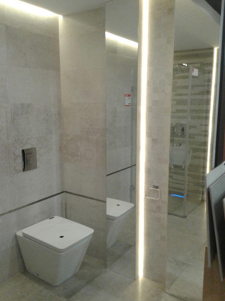 Znalezione na Brtyckiej -Lustrzane wstawki w glazurze na wysokość łazienki