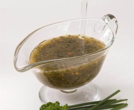 La vinaigrette è il condimento per insalate più diffuso, che si realizza con ingredienti semplici della cucina mediterranea; ottima per rinfrescare il palato.