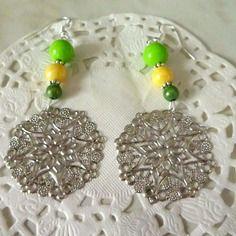 Bijoux fantaisie : boucles d'oreille perles verte et jaune et estampe filigrane forme flocon de neige et fleurs@laboutiquedenath