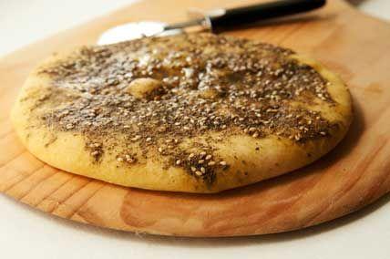 pan libanes con zaatar Preparación del zaatar Ingredientes para el zaatar (za'atar) 2 cucharadas de semillas de sésamo 1 cucharada de tomillo seco 2 cucharadas de orégano seco 1 cucharada de comino (semillas) 1 pellizco de sal (al llevar tantas especias, no es necesaria una gran cantidad de sal, pero buscad vuestro gusto) 1 pellizco de semillas de hinojo (anis) 50 g. de aceite (oliva virgen extra)