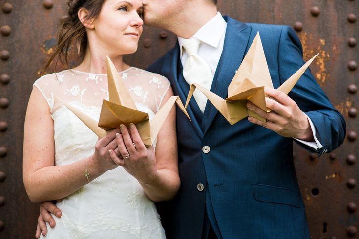 Bruidsreportage met gevouwen origami kraanvogels bij paviljoen puur  #wedding #origami #birds #cranes