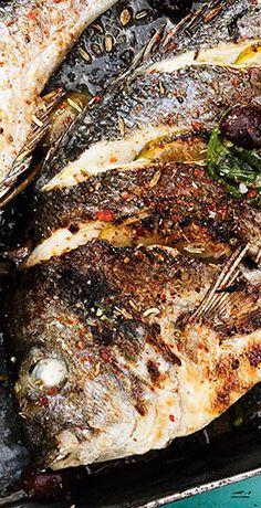 Heut kommt der Fisch nicht auf den Tisch, sondern auf den Grill. Eine Dorade mit Kräutern gefüllt und über Holzkohle gegart zaubern Sie mit unserem REWE Rezept »»  https://www.rewe.de/rezepte/mediterrane-grill-dorade/
