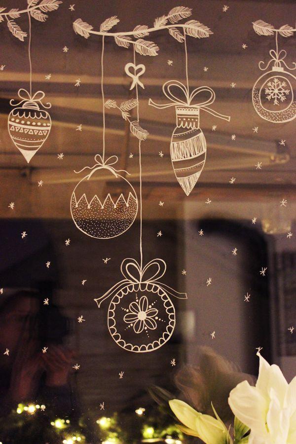 Dekorative Fenstermalerei mit Weihnachtsschmuck | …