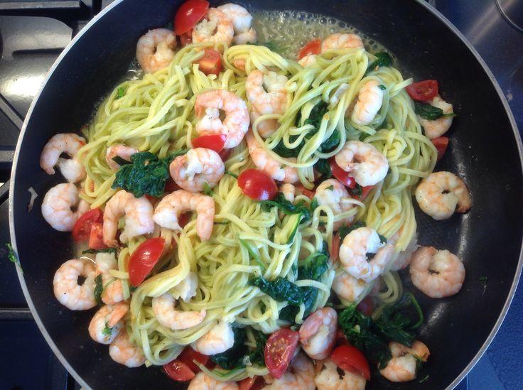 Linguini met knoflook, garnalen en spinazie.