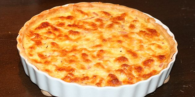 Dejlig mild blomkålstærte fyldt med skinke og toppet med lækker smeltet ost. Perfekt til frokost, picnic eller sammenskudsgilde.