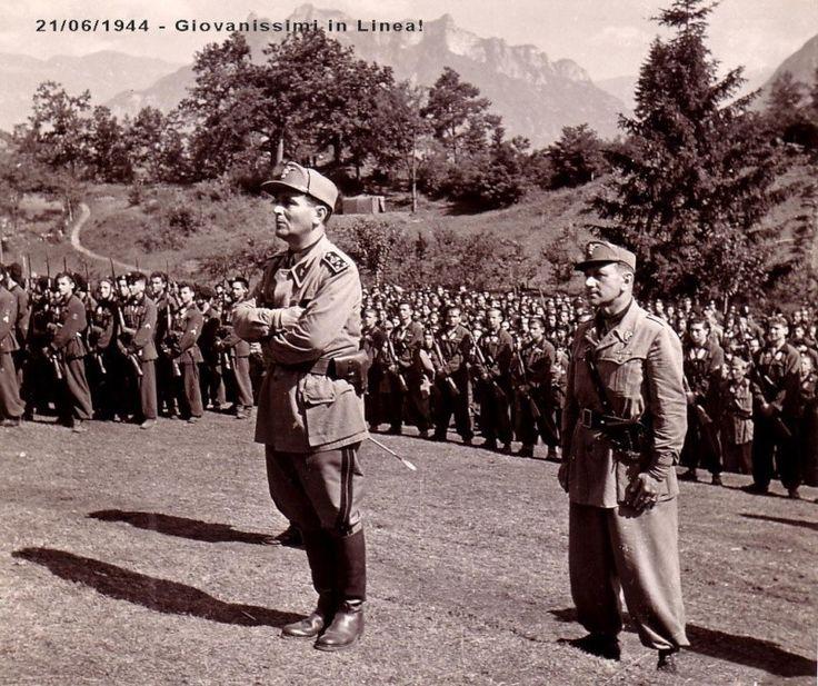 """Officiers de la GNR encadrant les """"Fiamme bianche"""", les unités de jeunes fascistes de la RSI"""