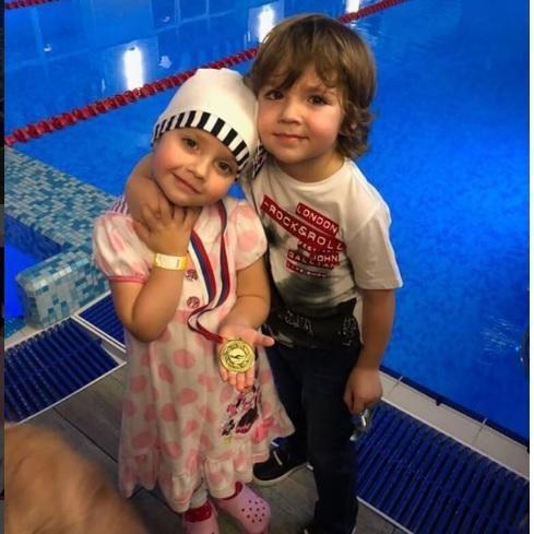 Алла Пугачева похвасталась первой медалью дочери Лизы по плаванию http://oane.ws/2017/12/22/alla-pugacheva-pohvastalas-pervoy-medalyu-docheri-lizy-po-plavaniyu.html  Дети Аллы Пугачевой и Максима Галкина удивляют невероятным талантом и выдающимися способностями. Недавно Лиза, занимающаяся плаванием, завоевала первую в своей жизни золотую медаль.