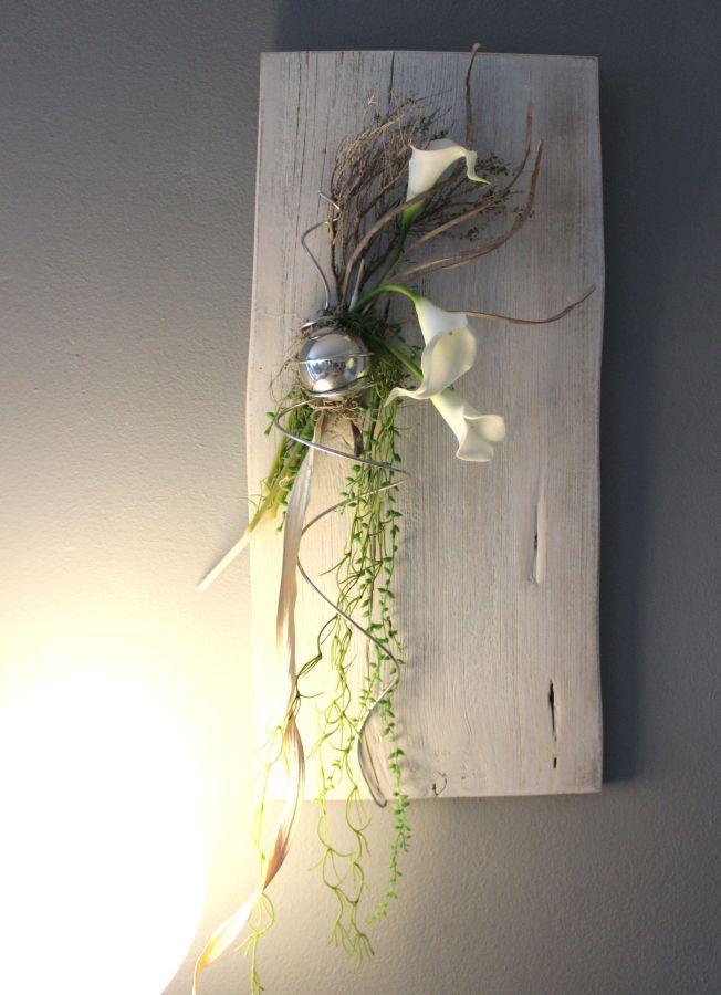 WD56 – Exclusive Wanddeko aus altem Holz! Altes Holzbrett, aufgearbeitet und weiß gebeizt, dekoriert mit natürlichen Materialien, künstlichen Callas ,Gräser und einer Edelstahlkugel! Preis 69,90€