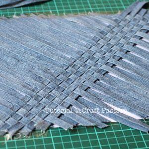 Se corta el genero a lo largo,luego se trabaja con la tecnica basica del telar.Finalmente se obtiene una nueva tela.