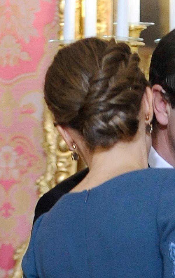 1 enero 2017 - La Reina Letizia | Sí me ha gustado el recogido. Era un elaborado moño en el que terminaban como 3 mechones gordos retorcidos y recogidos. Era muy elegante, y le queda fenomenal a la Reina este tipo de peinado | Los pendientes de Coolook en amatistas y labrodistas muy bonitos. Creo que son nuevos, la verdad.