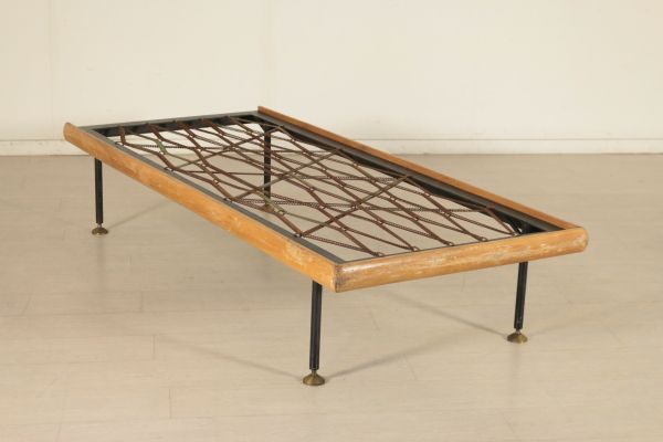 Letto singolo; rete metallica, fascia in legno di faggio, gambe in metallo con ottone. Discrete condizioni, segni di usura. Misure interne: 190 x 80.