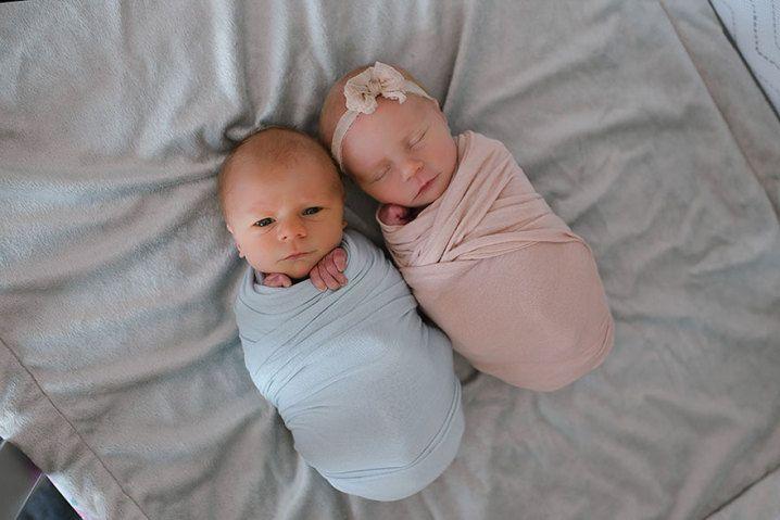 Mãe faz ensaio com gêmeos recém-nascidos após descobrir que um não sobreviveria   Virgula