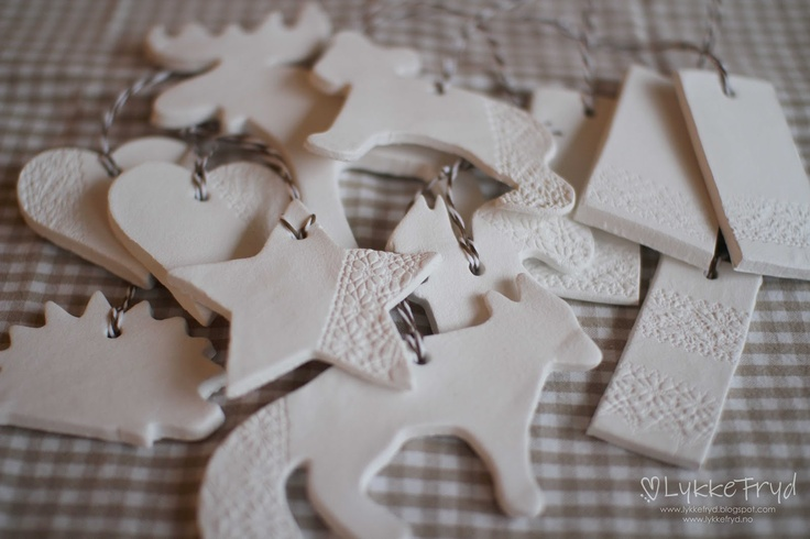 Julepynt laget av hobbyleire.  Lykkefryd