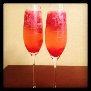 the perfect summer cocktail! strawberry lemonade champagne spritzer! so tasty and so chic!