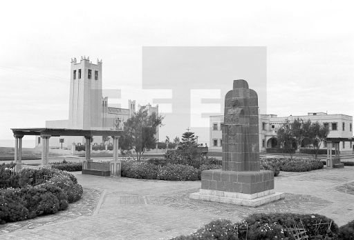 Sidi Ifni.- Vista general de la Plaza de España. En primer término, monumento al coronel Capaz, a quién se debe que el territorio de Ifni pasase a ser hegemonia efectiva de España.- (Sin fecha, 1957-58) EFE/jt