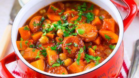 Smakrik och mustig gryta med tomater, sötpotatis och kryddig korv. Snabblagat och läckert till en vanlig vardag!