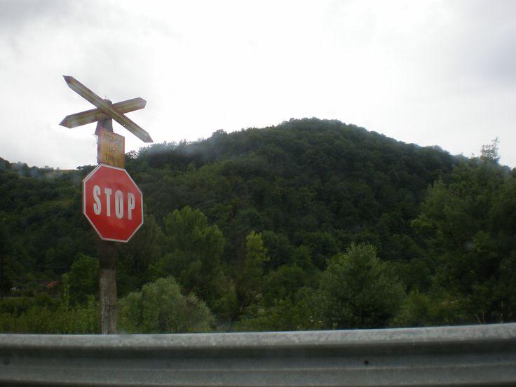 Romániában minden vasúti átjárónál meg kell állni... Na, jó nem mindenhol, de nagyrészt ez a helyzet. Valahol a Fekete-Körös völgyében jártunk.