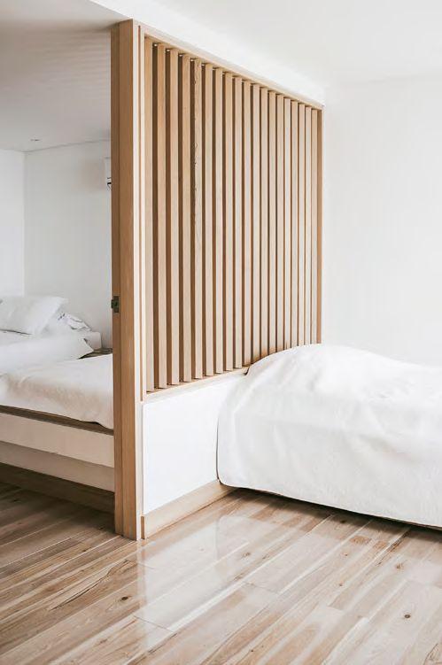 LA HABITACIÓN DEL HIJO está claramente dividida en dos espacios que se conectan por una gran ventana de lamas de madera que se abren y cierran según la necesidad.