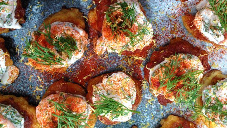 Lækker opskrift på små kartoffelblinis med rejer, der er perfekte at servere som forret eller snack. Server evt. til nytår eller anden festlig lejlighed.