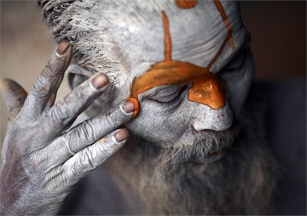 Maschera di fango. In occasione del festival di Shivaratrin, un sadhu indù si colora la fronte nel Tempio di Pashupatinath di Kathmandu , nel Nepal. Navesh Chitrakar/Reuters/Contrasto