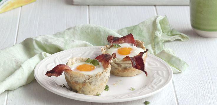 Egg og bacon i muffinsform er enkel og digg helgefrokost. Slik gjør du: Fyll en muffinsform med flatkjevlet brød, sprøstekt bacon og et knukket egg.