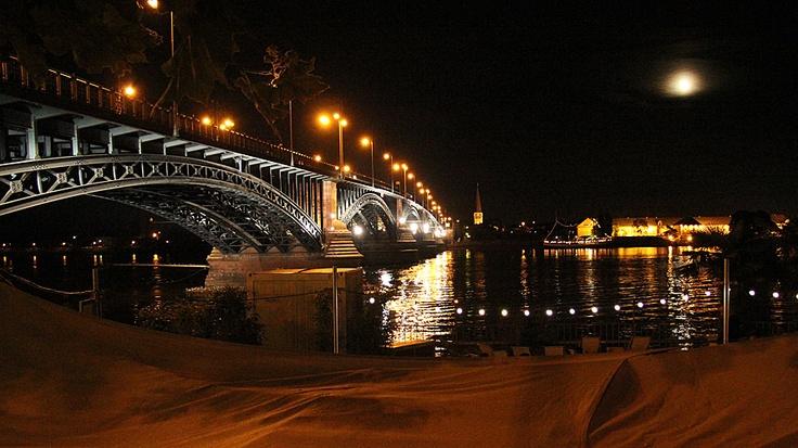 Theodor-Heuss-Brücke, die einzige Verbindung aus der Innenstadt über den Rhein nach Wiesbaden.